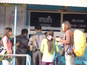 antrian check in thailand from laos border